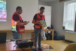 Ako defibrilátor použiť, učili v Nevoľnom profesionálni záchranári.