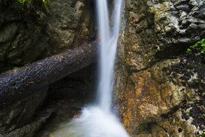Menší Skalný vodopád situovaný pod Závojovým vodopádom.