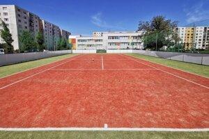 Ihrisko stojí vedľa základnej školy. Poskytne priestor pre šport a krúžky.