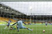 Rozhodujúci moment zápasu Norwich - Brighton.