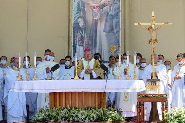 Biskup Viliam Judák počas omše.