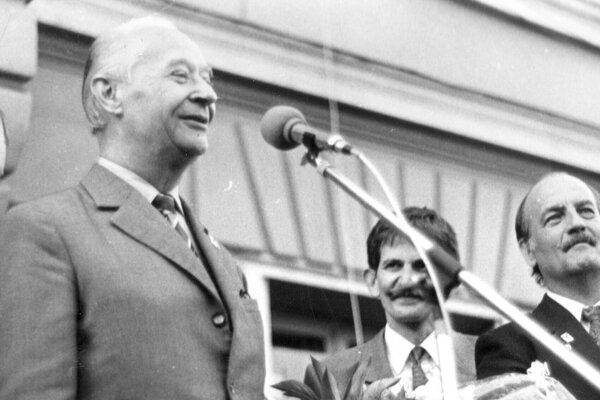 Alexander Dubček na predvolebnom mítingu VPN na novomestskom námestí dňa 1. júna 1990.
