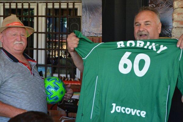 """Róbert """"Bobiky"""" Mrúz (vľavo) okrem iného dostal aj dres s číslom 60, ktorý mu odovzdal Luboš """"Goro"""" Chudý (vpravo)."""