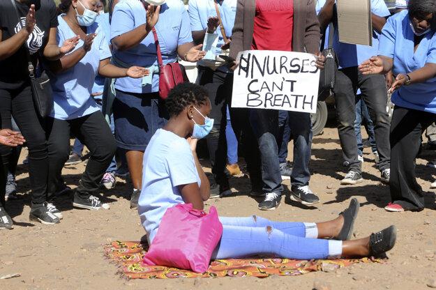 Protest zdravotníkov v Zimbabwe proti zlým pracovným podmienkam a nedostatočnej ochrane pri liečbe pacientov s ochorením COVID-19.