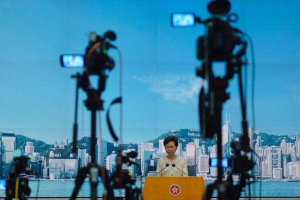 Správkyňa Hongkongu Carrie Lamová počas tlačovej konferencie.