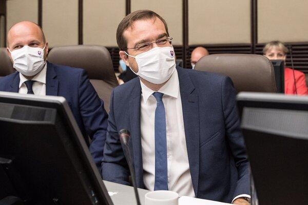 Zľava minister obrany Jaroslav Naď a minister zdravotníctva Marek Krajčí.