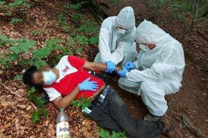 Záchranári pracovali v bezpečnostných oblekoch.