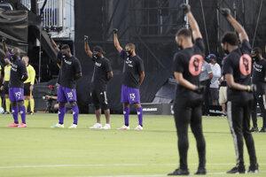 Tichý protest futbalistov proti policajnej brutalite a rasovej diskriminácii pred reštartom MLS.
