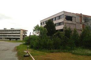 Bývalý liečebný dom Helios 2, vzadu Helios.