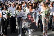 Vodičova rodina zorganizovala v stredu večer tichý pochod na jeho pamiatku na autobusovej zastávke, kde sa útok odohral.