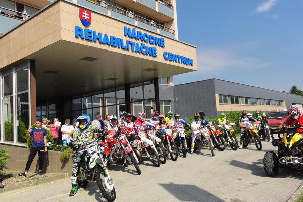 Časť gratulantov pred NRC v Kováčovej.