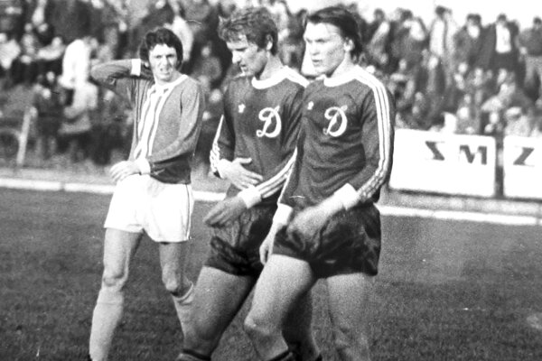 Snímka z historického duelu Šaľa - Kyjev (1977). Podstatne spokojnejší odchádzal na polčasovú prestávku (zľava) šaliansky stredný záložník Jozef Szalay, ako jeho ukrajinskí súperi Burjak (v strede) s Olegom Blochinom.