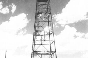 Tridsaťmetrová oceľová veža, na ktorú vyzdvihli