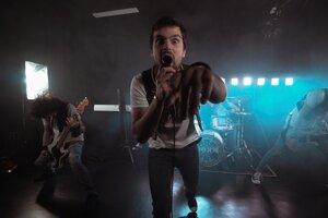 Nový spevák Lukáš Slobodník sa predstavil vposlednom videoklipe ku skladbe Heľpa. Pozrieť si ho môžete na youtube kanáli Dora Dora.