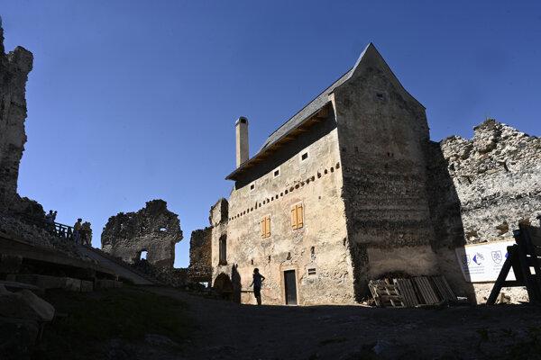 Na snímke obnovená hospodárska budova pri hrade Uhrovec