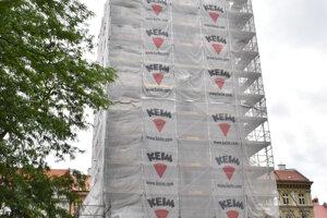 Urbanova veža je pod lešením, ale zážitku z výstavu to nebráni.