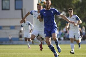 Marek Kuzma (v modrom) v prvom zápase o účasť vo Fortuna lige