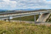 Most ponad rýchlostnú cestu R2.