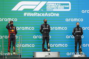 Zľava Max Verstappen, Lewis Hamilton a Valtteri Bottas na stupňoch víťazov po Veľkej cene Maďarska 2020.