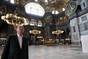 Prezident Erdoğan dvíha hlavu v Hagia Sofia.