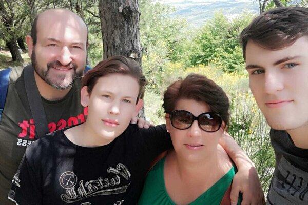 Marcela s manželom a synmi.