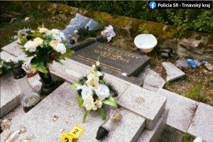Vandal vyčíňal na cintoríne.