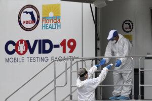 Zdravotníci na Floride odoberajú vzorky na testovanie.