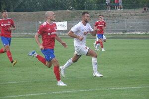Autor dvoch gólov v zápase KFC - Vasas Gábor Tóth (v bielom)