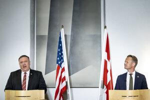 Dánsky minister zahraničných vecí Jeppe Kofod (vpravo) a minister zahraničných vecí USA Mike Pompeo počas tlačovej konferencie v Kodani.