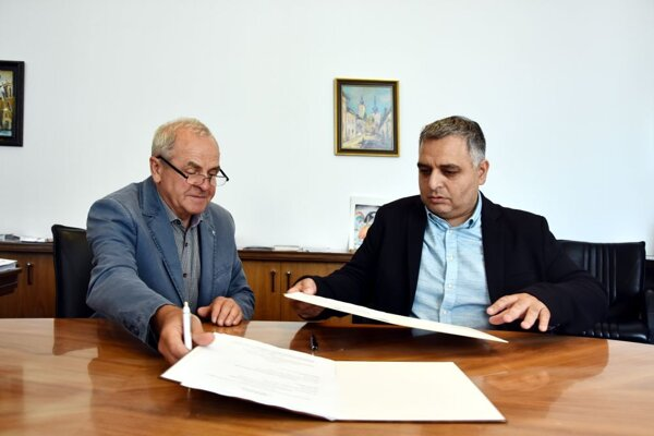 Župan Ján Lunter a predseda asociácie Ivan Mako podpisujú memorandum.