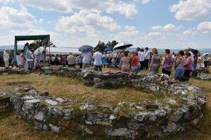 Na náučnom chodníku Ducové - Kostolec sa návštevníci oboznámia s významným archeologickým objavom z čias Veľkej Moravy. Na zábere zostatky predrománskej rotundy na Kostolci.