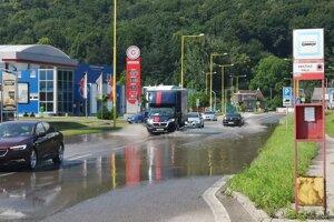 Ulica Jána Pavla II. je po silnejších dažďoch zaplavená. Voda na mieste ostáva aj niekoľko dní.