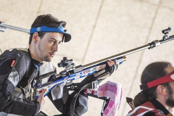 Na snímke slovenský reprezentant v športovej streľbe Matej Medveď v kvalifikácii v ľubovoľnej malokalibrovke 3x40 na II. Európskych hrách v Minsku.