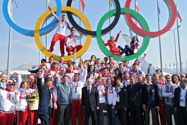 Ruský prezident Vladimir Putin pózuje po skončení hier v Soči so všetkými ruskými medailistami.Pre doping o ne prišli zatiaľ šiesti z nich.