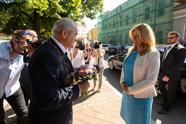 Šéf kraja Ján Lunter víta v Banskej Bystrici prezidentku Zuzanu Čaputovú.