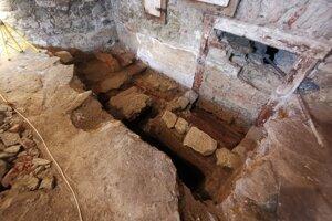 Sondy archeológov v bývalej radnici odkryli osídlenie spred 1 600 rokov.