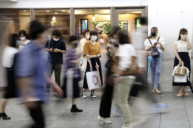 Ľudia s ochrannými rúškami proti šíreniu nákazy koronavírusom v japonskom meste Yokohama.