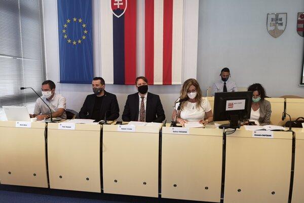 Zľava: Hlavný kontrolór Martin Brilla, viceprimátori Pavol Neupauer (KDH) a Vladimír Feľbaba (OĽaNO), primátorka Andrea Turčanová (KDH) a prednostka úradu Alexandra Chapčáková.