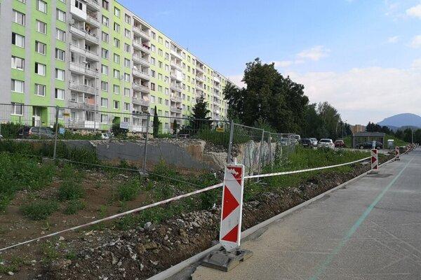 Radová zástavba bytových domov na Mukačevskej ulici s vchodmi číslo 9 až 25.
