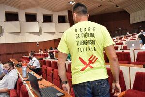 Poslanec Jozef Karabin sa predviedol v tematickom tričku.