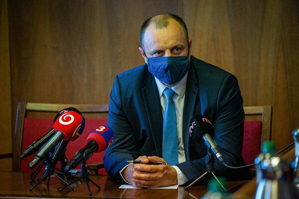 Lukáš Kyselica prišiel pred brannobezpečnostný výbor, nič nepovedal.
