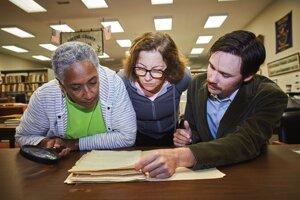 Eleanor Mireová (vľavo), Debra Brunová a archivár Jonathan Palmer vo Vedderovej výskumnej knižnicie, kde sú záznamy o deťoch narodených zotročeným ľuďom.