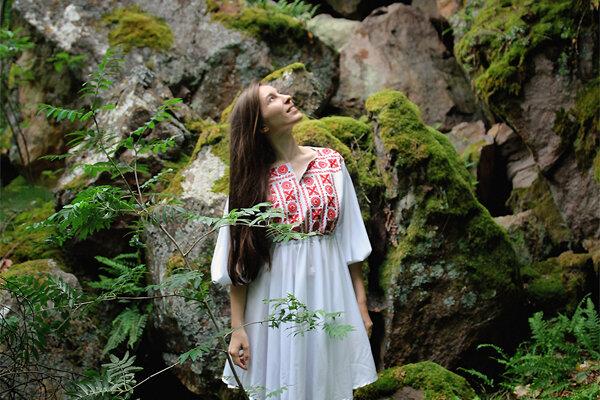 Šaty s hriňovským ornamentom.