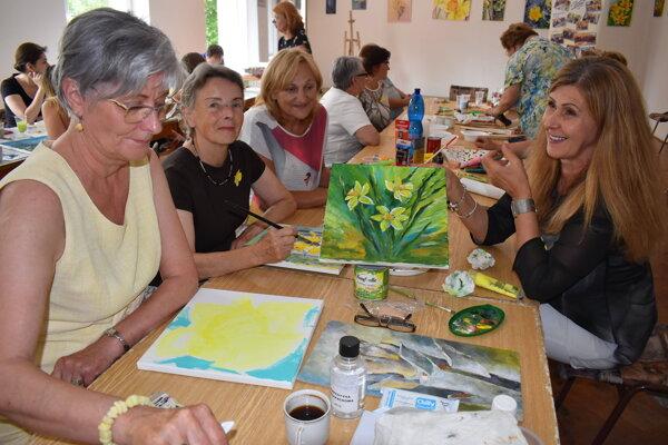 Pri maľovaní narcisov panuje tvorivá a priateľská atmosféra.