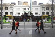 Ľudia s rúškami v centre Melbourne.