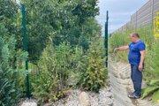 Majiteľom krajného pozemku pri železnici je už niekoľko rokov Slavomír Fek. Ukazuje, pokiaľ je pozemok vo vlastníctve jeho rodiny.