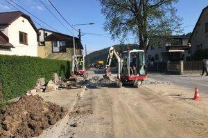 Dopravnú situáciu v Zborove nad Bystricou ešte viac skomplikovali stavebné práce.