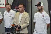 Zľava tréner Rostislav Čada, Dušan Pašek a Dávid Buc z Bratislava Capitals.
