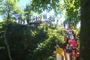 Takto sa minulú sobotu čakalo v rade na vstup na lanový mostík na Skalke.