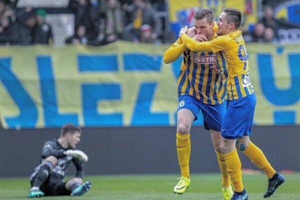 René Dedič (vľavo) sa teší zgólu so spoluhráčom Lukášom Železníkom.